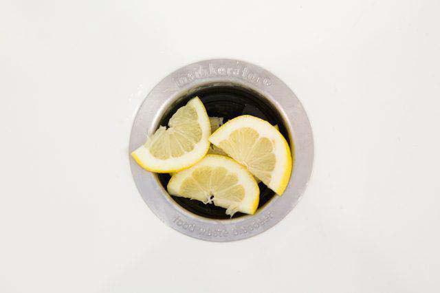 چگونه بوی لوله سینک را برطرف کرده و سینک را تمیز کنیم؟